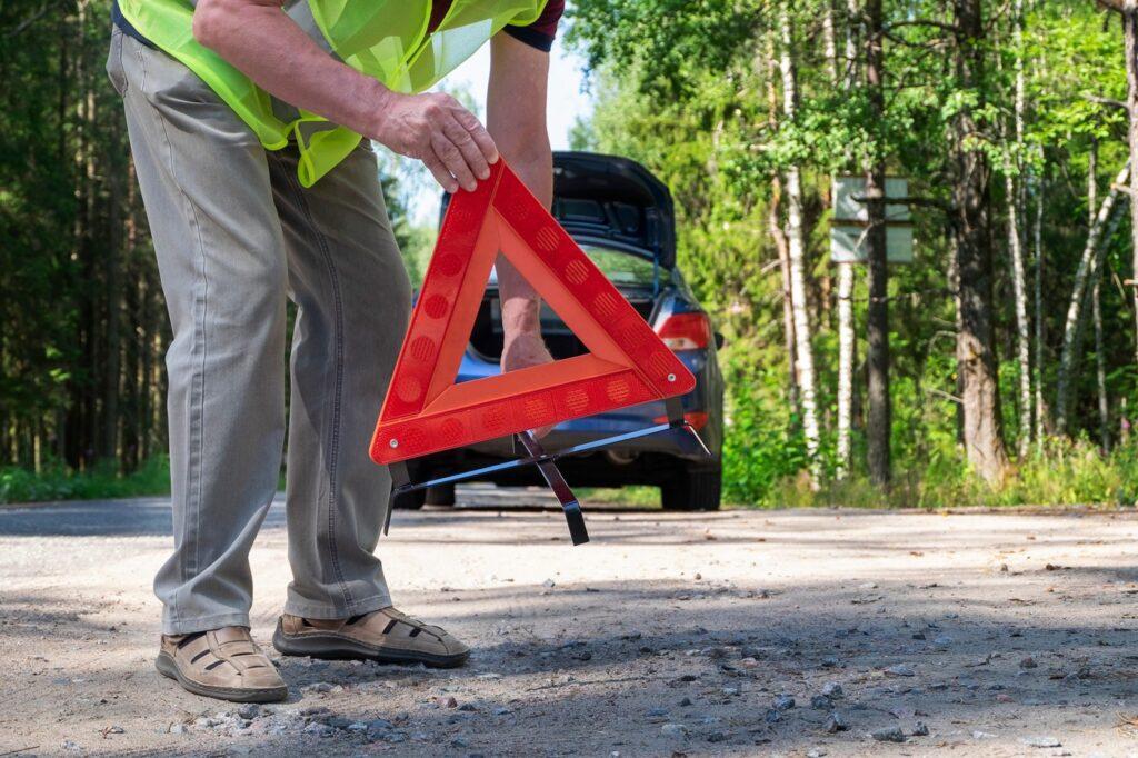Przed wezwaniem pomocy drogowej należy włączyć światła awaryjne oraz umieścić trójkąt odblaskowy